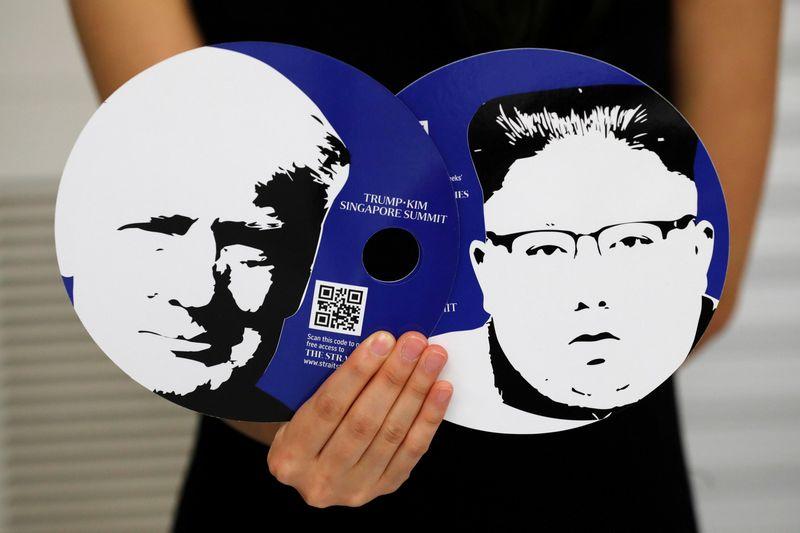 """Ruošiantis istoriniam JAV ir Šiaurės Korėjos lyderių susitikimui buvo pagaminta daugybė įvairiausių suvenyrų. Kim Kyung-Hoon (""""Reuters"""") nuotr."""