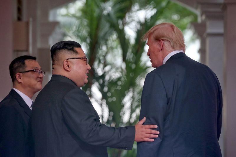 """JAV prezidentas Donaldas Trumpas ir Šiaurės Korėjos lyderis Kim Jong Unas. Kevino Limo (""""Reuters"""" / """"Scanpix"""") nuotr."""