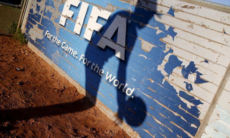 """FIFA organizacijose pradėjus sklandyti korupcijos šešėliams dalis rėmėjų pasitraukė, bet juos pakeitė kinai. """"Reuters"""" / """"Scanpix"""" nuotr."""