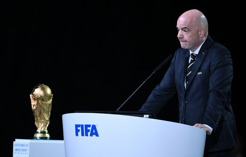 """Giannio Infantino vadovaujama FIFA organizacija pasirinko finansiškai patrauklesnį pasiūlymą. """"Reuters"""" / """"Scanpix"""" nuotr."""