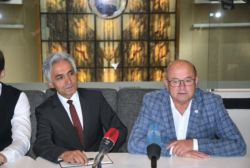 """Mustafa Taparakas, """"Kayi Construction"""" viceprezidentas plėtrai, ir Visvadas Matijošaitis, Kauno m. meras. Vytauto Gaižausko (VŽ) nuotr."""