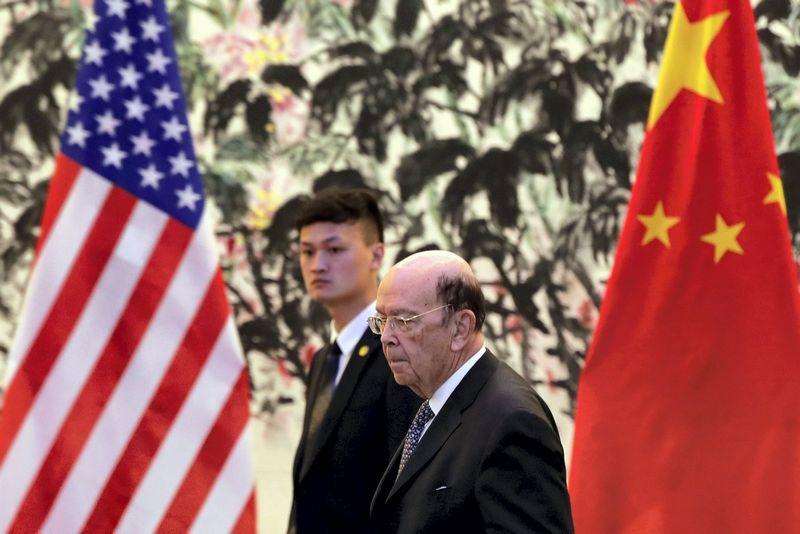 """Wilburas Rossas, JAV komercijos sekretorius, vyko į Kiniją derėtis dėl prekybos, tačiau rimtesnio proveržio pasiekti nepavyko. Andy Wongo (""""Reuters"""" / """"Scanpix"""") nuotr."""