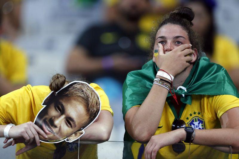 Brazilijos rinktinės fanai reaguoja į pralaimėjimą Vokietijai. Marcos Brindicci (Reuters / Scanpix) nuotr.