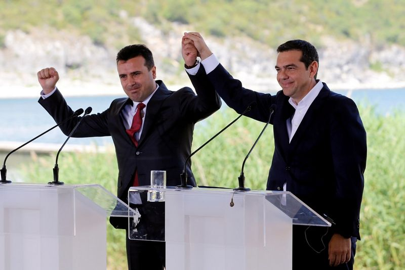 """Graikijos ir Makedonijos ministrai pirmininkai pasirašo susitarimą. Alkio Konstantinidžio (""""Reuters"""" / """"Scanpix"""") nuotr."""