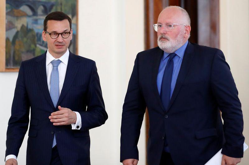 """Europos Komisijos pirmininko pavaduotojas Fransas Timmermansas (dešinėje) ir Lenkijos premjeras Mateuszas Morawieckis (kairėje). KACPERIO PEMPELIO (""""Reuters"""" / """"Scanpix"""") nuotr."""