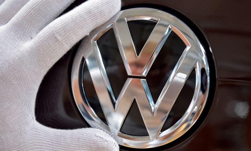 """Volkswagen"" logo. Matthiaso Rietschelio (""Reuters"" / ""Scanpix"") nuotr."