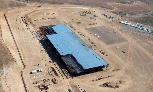 """Muskas įvardijo valstybę, pirmaujančią kovoje dėl """"Gigafactory"""""""