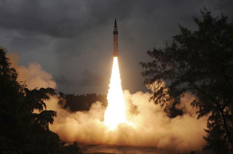 """Indijos Agni-V  raketa, galinti nešti branduolinį užtaisą. """"Indian Defence Research and Development Organisation""""/ """"Reuters"""" nuotr."""