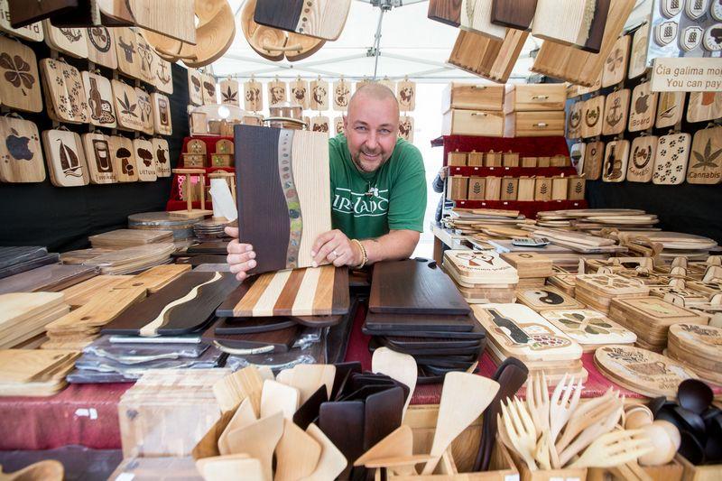 """Aivaras Norbutas, medžio gaminių prekės ženklo """"Kelmas"""" įkūrėjas: """"Svarstėme kooperuotis su keramikais, bet pagal verslo liudijimą galime prekiauti savo gaminiais patys, todėl apskaita paprastesnė."""" Juditos Grigelytės (VŽ) nuotr."""