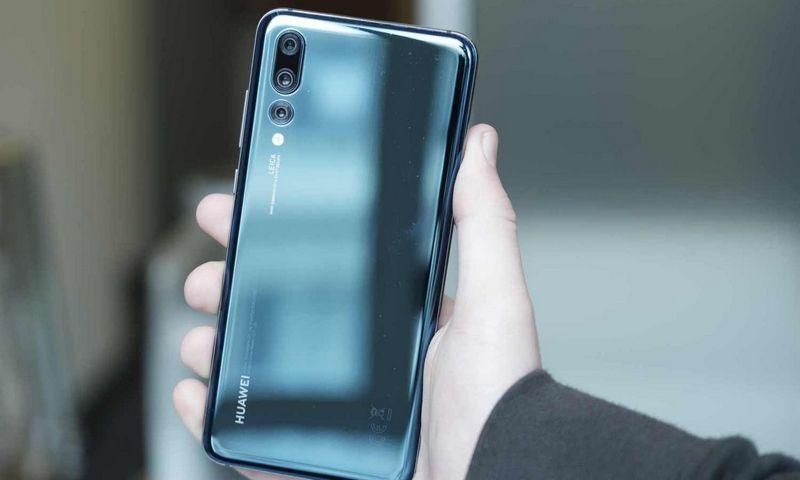 """Vienintelė """"Huawei"""" dizaino inovacija yra """"Twilight"""" spalva, kuri keičia atspalvį pagal apšvietimą. Gamintojo nuotr."""
