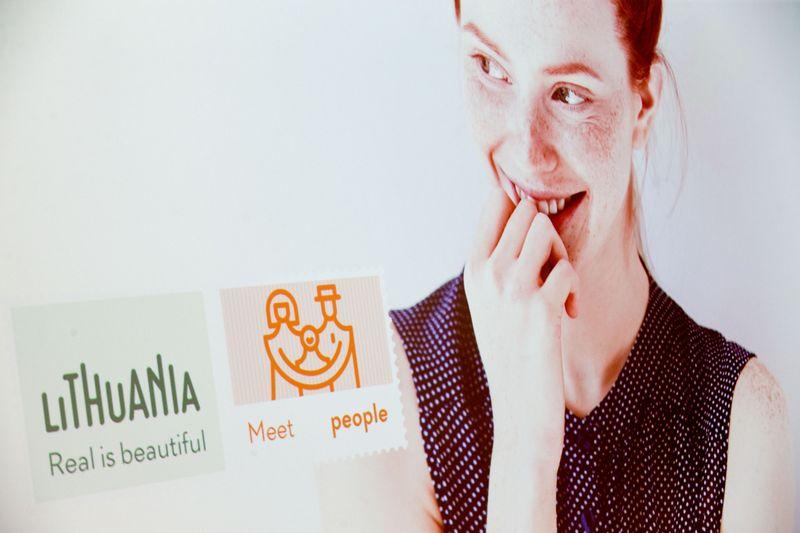 """Valstybinio turizmo departamento 2016 m. pristatytas naujas Lietuvos prekės ženklas, reprezentuojantis kultūros ir gamtos paveldą, kurio šūkis yra """"Lithuania. Real is beautiful"""", verslo bendruomenės buvo įvertintas prieštaringai. Juditos Grigelytės (VŽ) nuotr."""