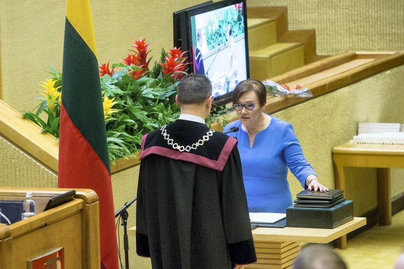 Aušra Maldeikienė duoda Seimo nario priesaiką. Vladimiro Ivanovo (VŽ) nuotr.