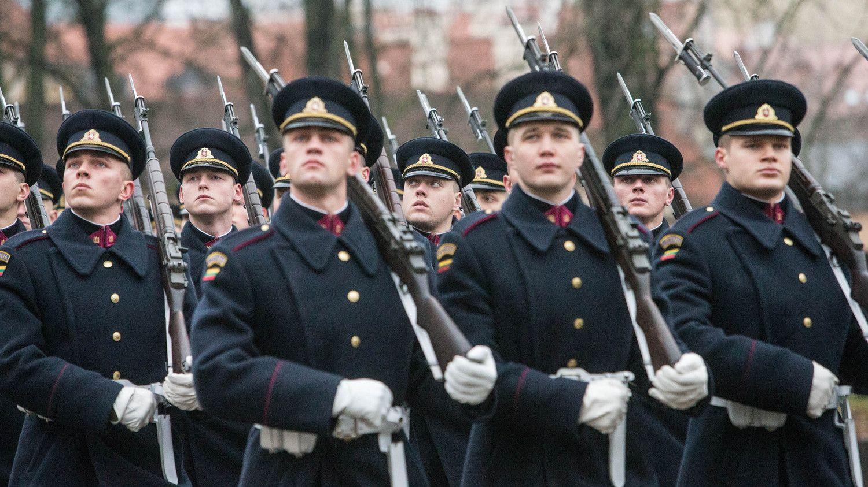 Artimiausius trejus metus didės karių algos