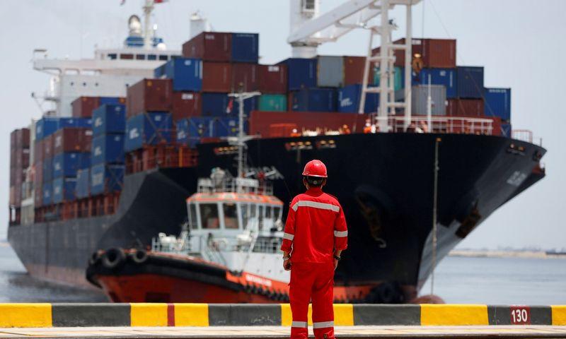 """""""Bloomberg Economics"""" atlikta analizė rodo, kad pasauliniu mastu įsisiūbavęs prekybos karas nuo globalios ekonomikos iki 2020 m. nurėžtų 470 mlrd. USD. Darreno Whiteside'o (""""Reuters"""" / """"Scanpix"""") nuotr."""