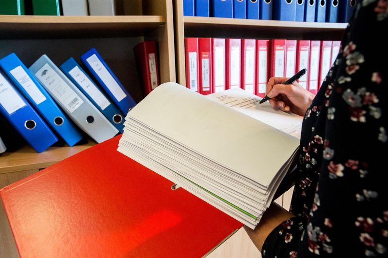 Maždaug trečdalyje iš pusantro šimto institucijų, kurių dalį funkcijų perims naujasis Centras, buhalterinė apskaita iki šiol tvarkoma popieriniu būdu. Juditos Grigelytės (VŽ) nuotr.