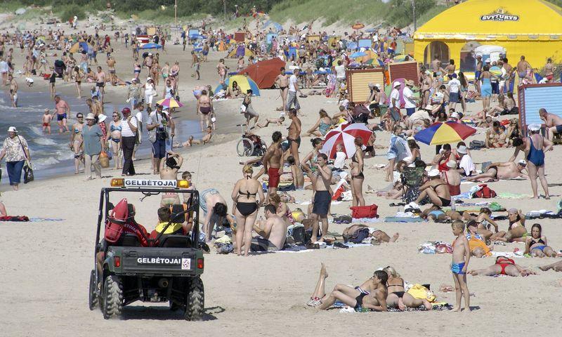 Žmonės eina atostogauti pačiu karščiausiu ir labiausiai prakaitu atsiduodančiu metų laiku. Algimanto Kalvaičio nuotrauka.