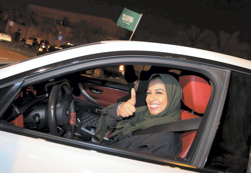 """Teisę vairuoti gavusios moterys džiaugiasi pagaliau galėsiančios savarankiškai planuoti laiką. Hamado I Mohammedo (""""Reuters"""" / """"scanpix"""") nuotr."""