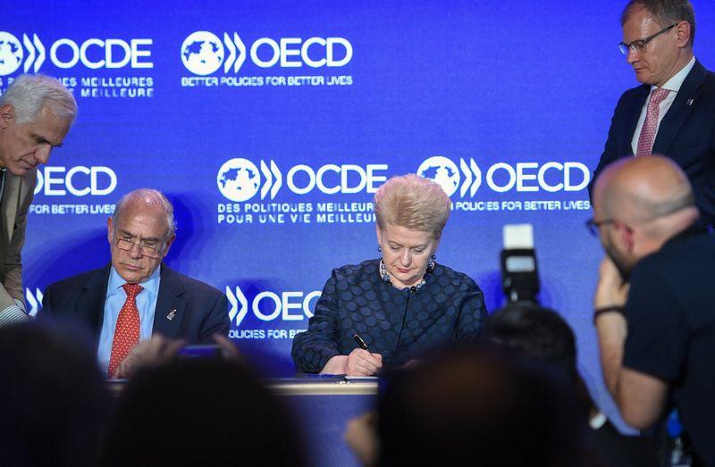 Gegužės pabaigoje Paryžiuje prezidentės Dalios Grybauskaitės ir EBPO generalinio sekretoriaus Angelio Gurrios pasirašytoji Lietuvos stojimo į EBPO sutartis įsigalios šią savaitę. Roberto Dačkaus (Prezidento kanceliarija) nuotr.