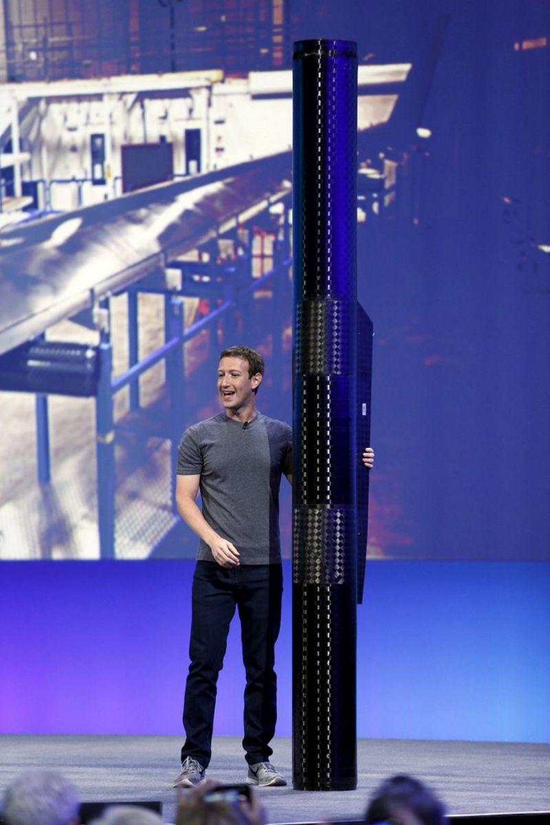 """Markas Zuckerbergas, """"Facebook"""" vadovas su """"Aquila"""" propeleriu. Stephen Lam (""""Scanpix""""/""""Reuters"""") nuotr."""