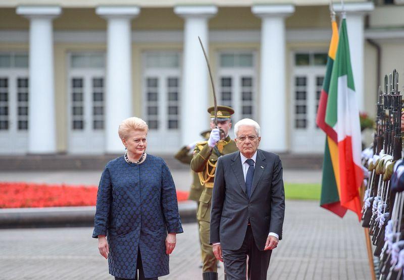 Prezidentė Dalia Grybauskaitė pasitiko su valstybiniu vizitu į Lietuvą atvykusį Italijos prezidentą Sergio Mattarellą. Roberto Dačkaus (Prezidento kanceliarija) nuotr.