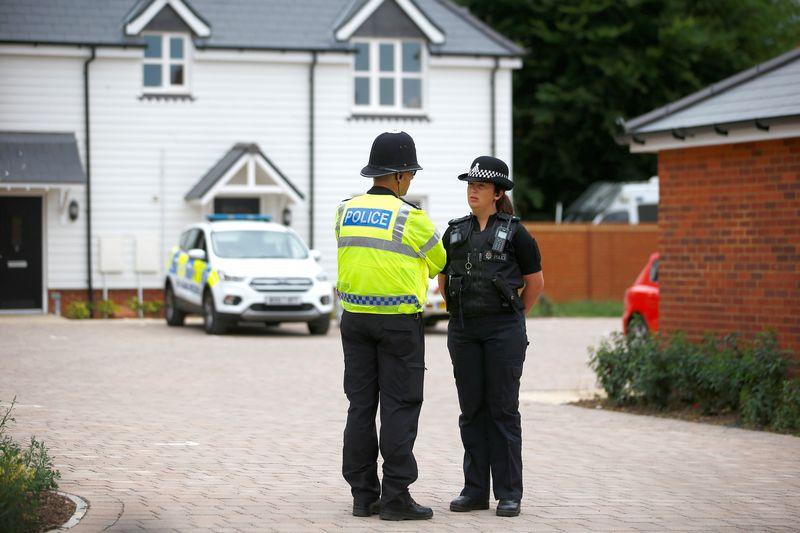 """Policijos pareigūnai prie apnuodytų asmenų namo JK. Henry Nichollso  (""""Reuters"""" / """"Scanpix"""") nuotr."""
