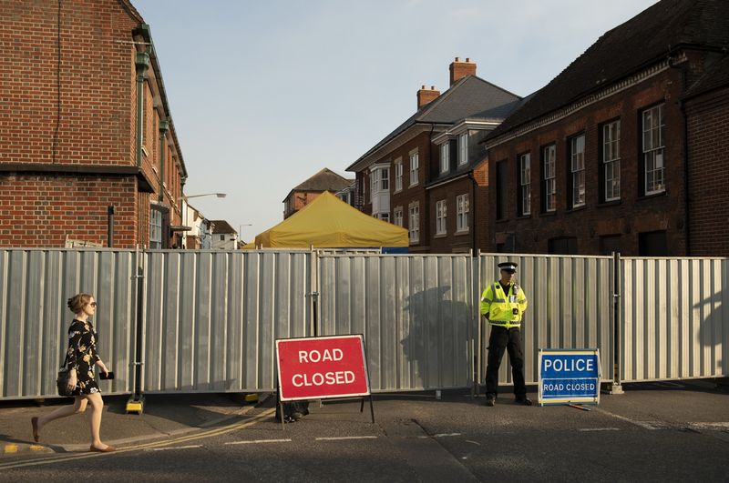 """Policijos pareigūnas netoli Dawn Sturgess namų. Justino Griffiths-Williamso (""""Reuters"""" / """"Scanpix"""") nuotr."""