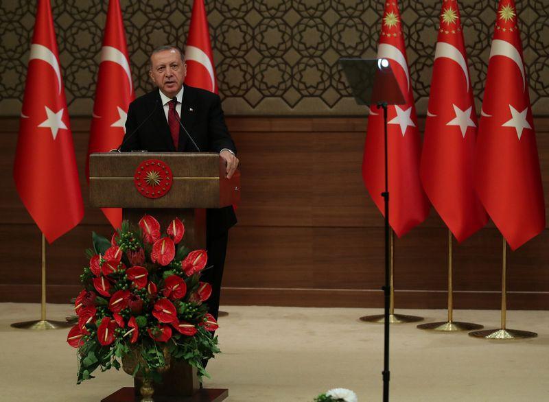 """Tayyipas Erdoganas, Turkijos prezidentas, stiprina savo galias pinigų politikoje.  Umit Bektas (""""Reuters"""" / """"Scanpix"""") nuotr."""