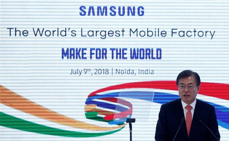 """Pietų Korėjos prezidentas Moon Jae-inas gamyklos Indijoje atidaryme. Adnano Abidi (""""Reuters"""" / """"Scanpix"""") nuotr."""