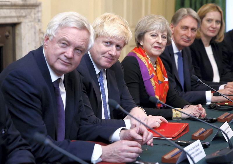 """Ministrai Davidas Davisas ir Borisas Johnsonas (priekyje) pasitraukė iš JK vyriausybės, nes nepritaria Theresos May, šalies premjerės, """"Brexit"""" vizijai. Peterio Nichollso (""""Reuters"""" / """"Scanpix"""") nuotr."""