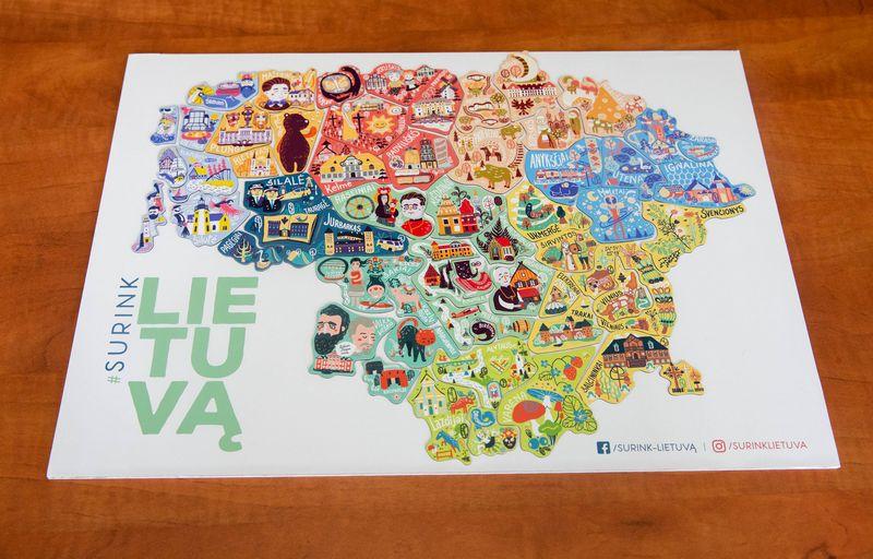 """Lietuvos žemėlapis iš atskirų magnetukų – savivaldybių lopinėlių"""". Juditos Grigelytės (VŽ) nuotr."""