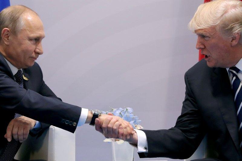 """JAV prezidentas Donaldas Trumpas ir Rusijos prezidentas Vladimiras Putinas. Carloso Barrios (""""Reuters"""" / """"Scanpix"""") nuotr."""