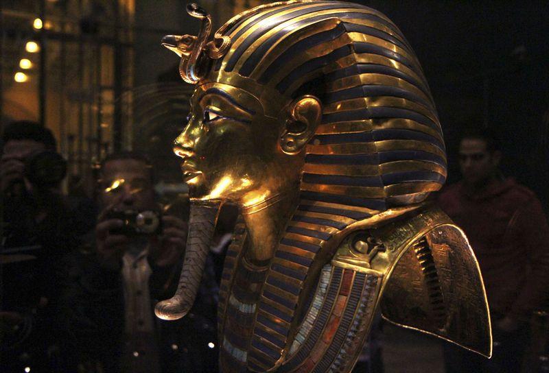 """Auksinė faraono Tutanchamono kaukė Kairo istorijos muziejuje. """"Reuters"""" nuotr."""
