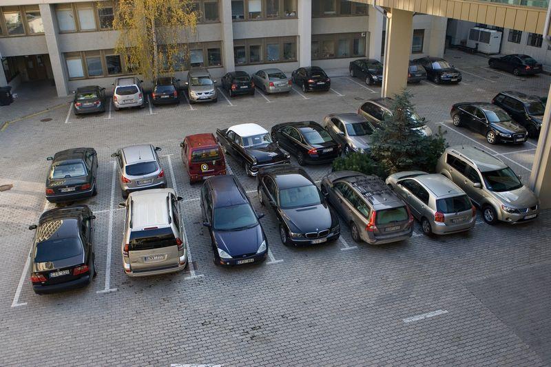 Automobiliai Seimo kieme. Juditos Grigelytės (VŽ) nuotr.