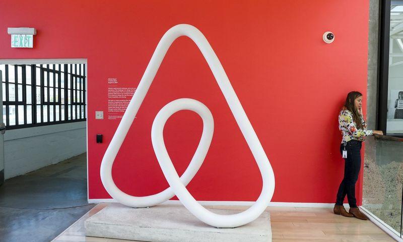 """Bendrovė """"Airbnb"""" visame pasaulyje internetu teikia būsto nuomos tarpininkavimo paslaugas, todėl jos logotipas yra daugelyje pasaulio viešbučių. Gabrielle Lurie (""""Reuters"""") nuotr."""