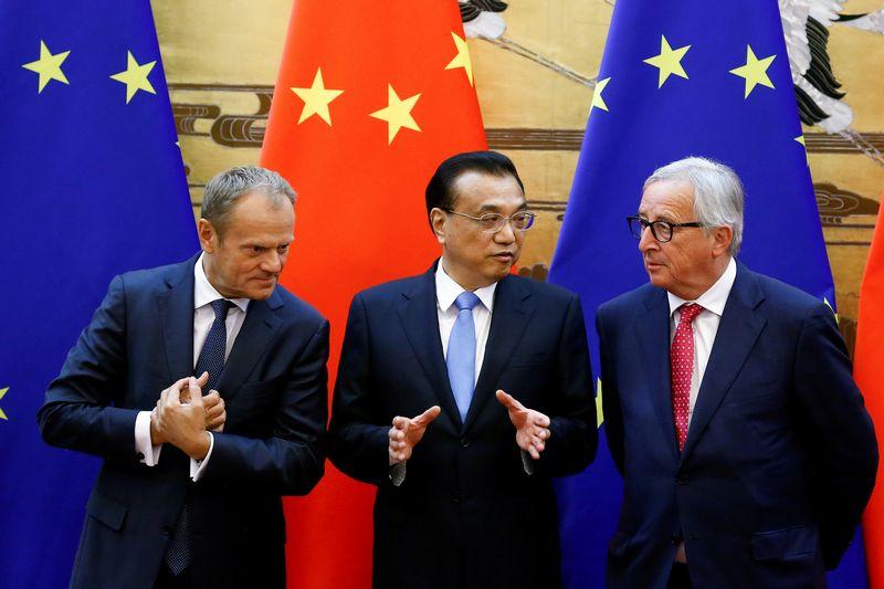 """Europos Vadovų tarybos pirmininkas Donaldas Tuskas, Kinijos premjeras Li Keqiangas ir Europos Komisijos pirmininkas Jeanas-Claude'as Junckeris. Thomaso Peterio (""""Reuters"""" / """"Scanpix"""") nuotr."""