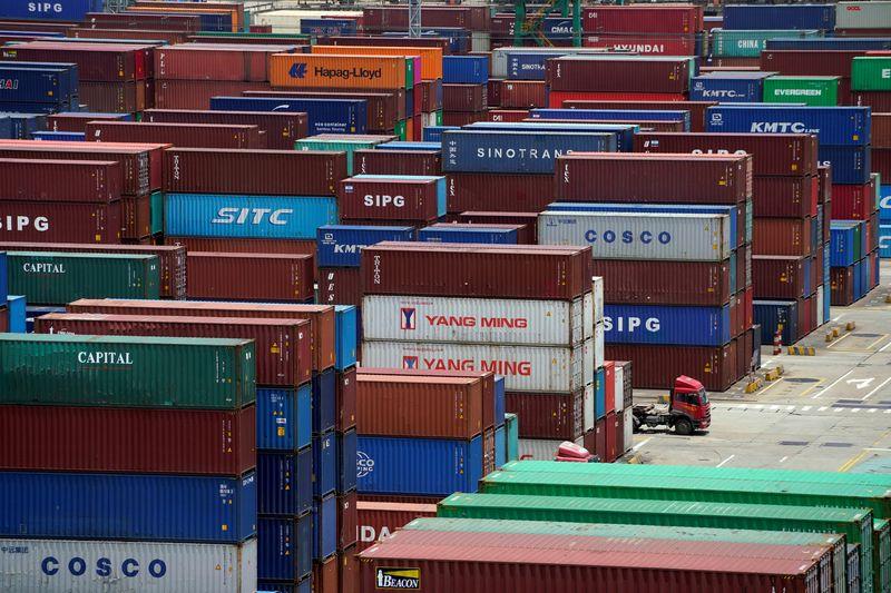 """Prekių konteineriai Šanchajuje. Aly Song (""""Reuters""""/ """"Scanpix"""") nuotr."""