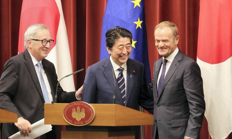 """Sutarties tarp ES ir Japonijos lyderių pasirašymas Tokijuje. Koji Sasahara (""""Reuters"""" / """"Scanpix"""") nuotr."""