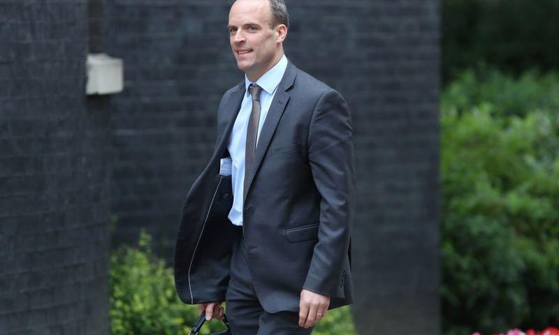 """Dominicas Raabas, naujasis Jungtinės Karalystės vyriausiasis derybininkas su ES, šiame poste jis pakeitė Davidą Davisą. Simono Dawsono (""""Reuters"""" / """"Scanpix"""") nuotr."""