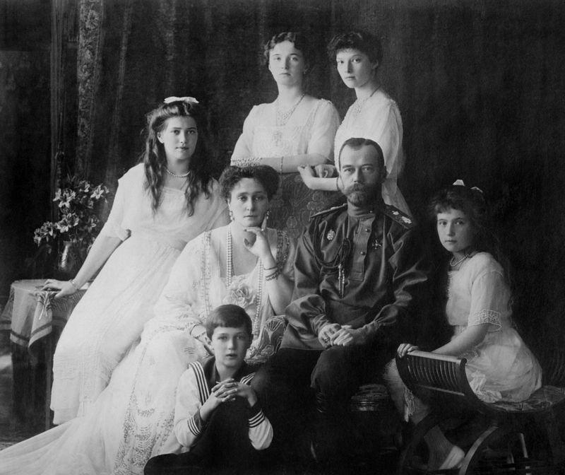 """Bolševikai carą, carienę, sosto įpėdinį Aleksejų ir keturias 17–22 metų amžiaus caraites, taip pat šeimos gydytoją, virėją, kamerdinerį ir kambarinę – iš viso 11 asmenų – pasmerkė mirčiai. """"Wikimedia Commons"""" nuotr."""