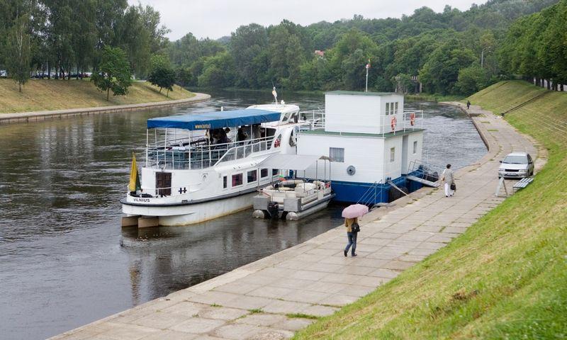 Pramoginius laivus valdantys verslininkai optimizmu netrykšta ir sako, kad Lietuvoje liko nedaug žmonių, kurie norėtų pasiplaukioti upėmis. Vladimiro Ivanovo (VŽ) nuotr.