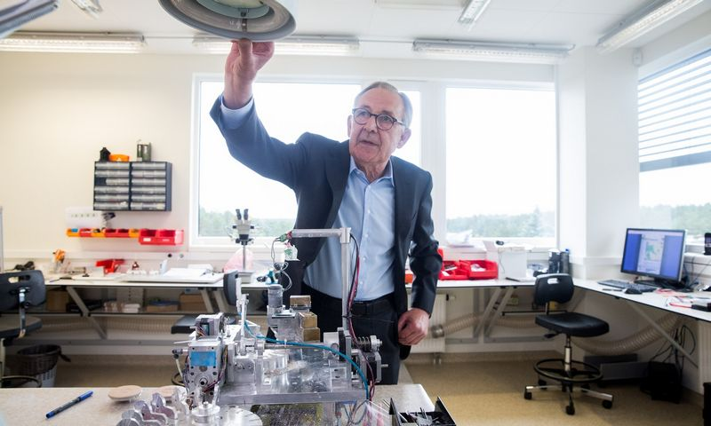"""""""Mokslinėje rinkoje užsakovai visada labai įnoringi"""", – sako mokslinės-gamybinės firmos """"Šviesos konversija"""" vadovas Algirdas Juozapavičius. Juditos Grigelytės (VŽ) nuotr."""