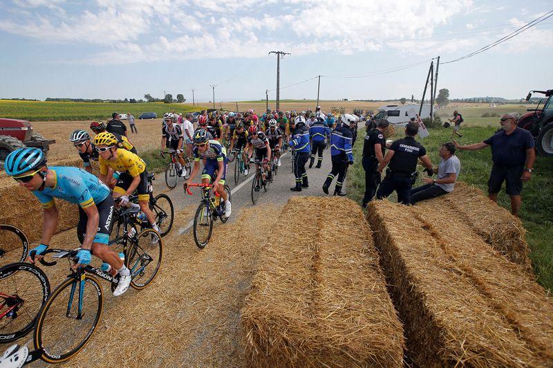 """Dviratininkams kelią pastojo ūkininkų ant kelio suverstas šienas. """"Reuters"""" / """"Scanpix"""" nuotr."""