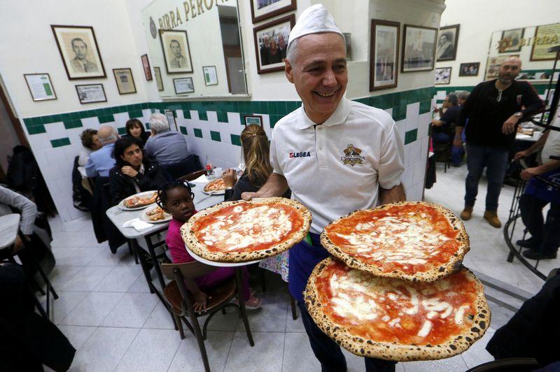 """Picerijoje """"L'Antica Pizzeria da Michele"""". REUTERS nuotr."""