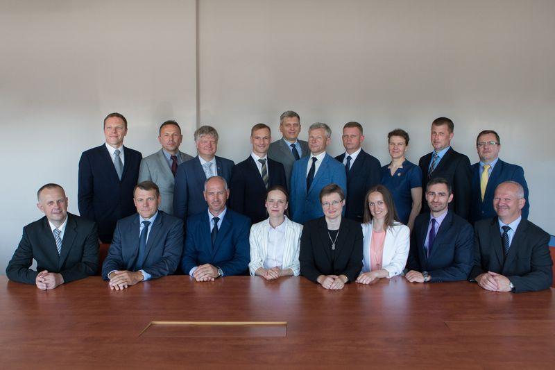 VMU ir Aplinkos ministerijos vadovybė su jau paskirtais 16-os visuomeninių miškų įmonės padalinių vadovais. Ministerijos nuotr.