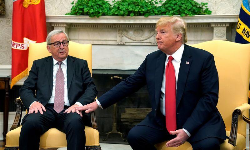 """Europos Komisijos pirmininkas Jeanas Claude'as Junckeris ir JAV prezidentas Donaldas Trumpas Vašingtone. Kevino Lamarque (""""Reuters"""" / """"Scanpix"""") nuotr."""