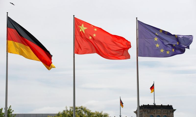 "Vokietijos, Kinijos, ES vėliavos. Fabrizio Bensch  (""Reuters""/ ""Scanpix"") nuotr."