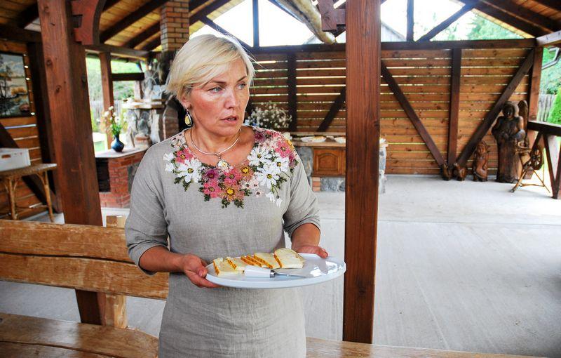 Ūkininkė Vaidutė Stankevičienė pripažįsta, kad gamyba yra puikus būdas apsisaugoti nuo žemų supirkimo kainų ir padidinti ūkio pajams, apie didelį gamybos mastą ūkininkė kol kas negalvoja. Gintarės Rovaitės (VŽ) nuotr.