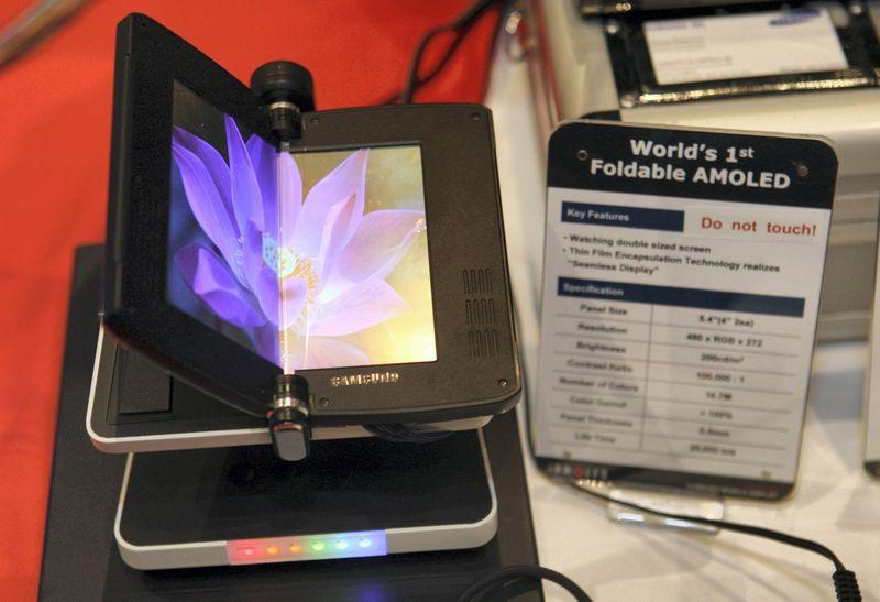 """Lanksčių ekranų technologija egzistuoja jau kelis metus. Sudėtingesnė užduotis – lanksčios baterijos. Steve'o Marcuso (""""Scanpix""""/""""Reuters"""") nuotr."""