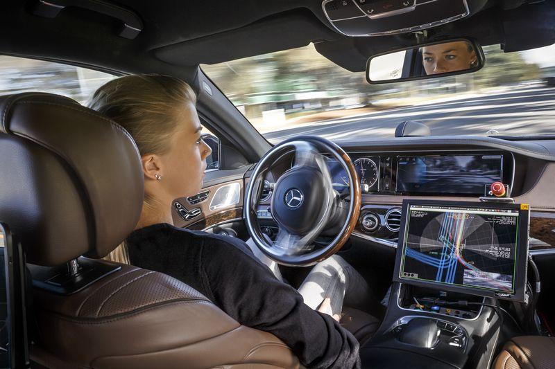 """Žmones gąsdina, jų nuomone, nenuspėjamas savavaldžio automobilio elgesys ir valdymo perėmimo galimybė. """"Daimler AG"""" nuotr."""