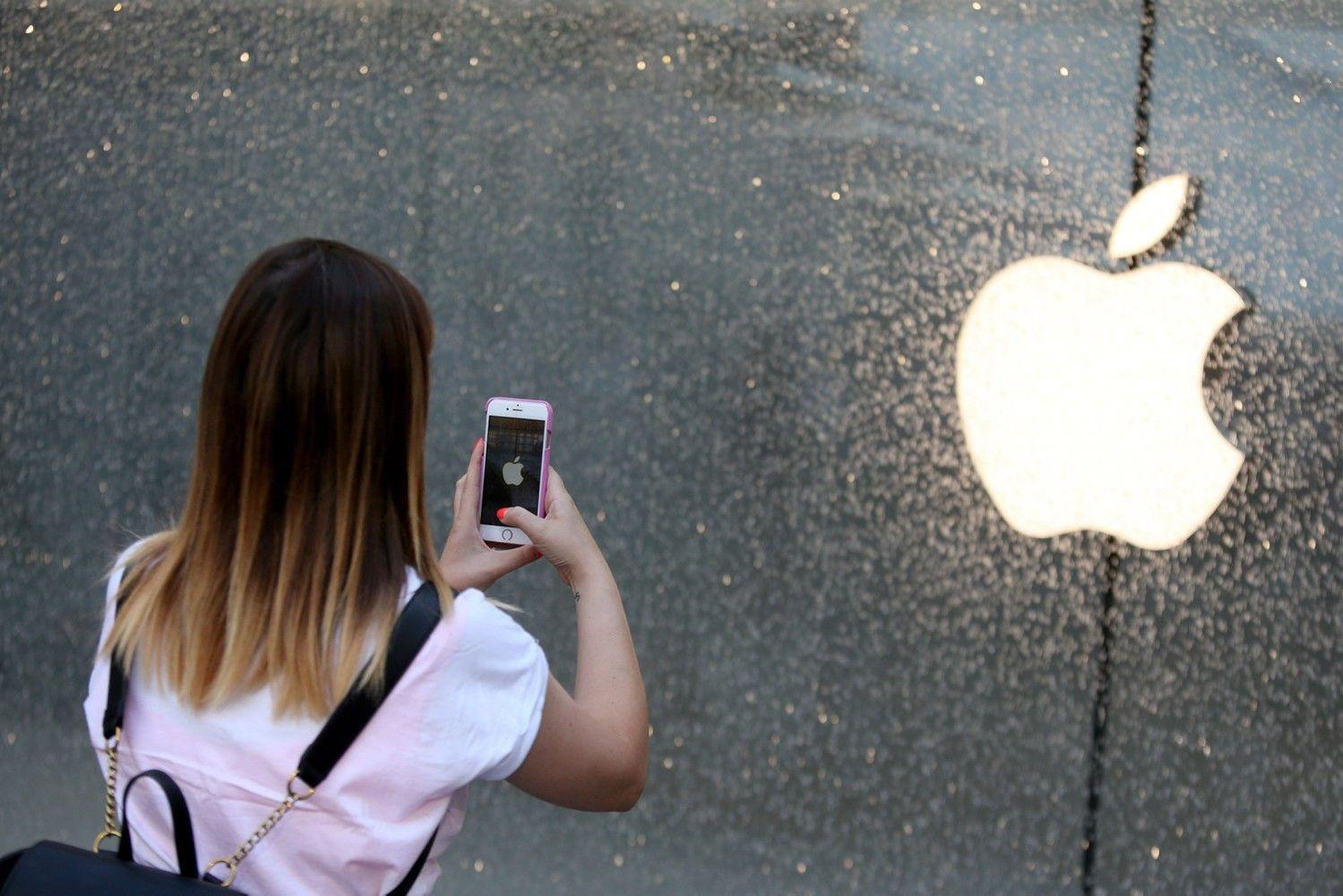 """""""Facebook"""" ir """"Twitter"""" nuvylė, analitikai laukia """"Apple"""" rezultatų"""